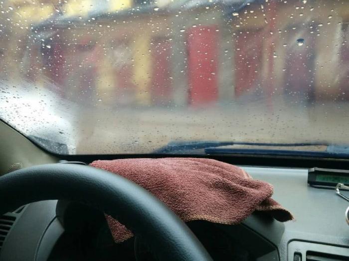 车窗起雾不用开空调吹,老司机都靠这个方法缓解,持久又省钱